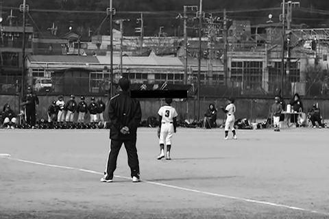 「一般開放」された史跡の仮設広場での野球の試合