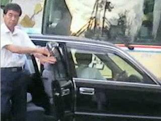 高槻市の所有する公用車で料亭に乗りつける山本政行自動車運送事業管理者