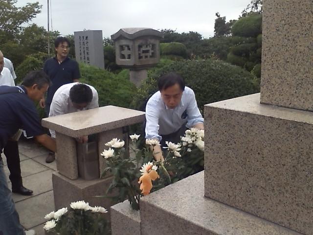 殉国七士廟で献花