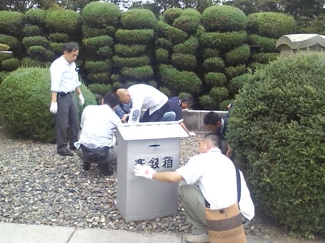 殉国七士廟を清掃